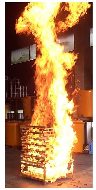 こんな火柱を消火器で消せるか実験